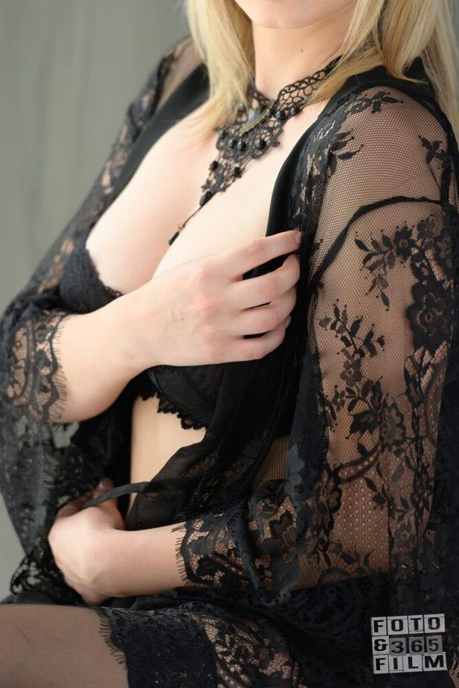 sedinta foto boudoir videochat bucuresti cu o femeie blonda in lenjerie intima neagra. Fotografii realizate de studioul profesional fotofilm365
