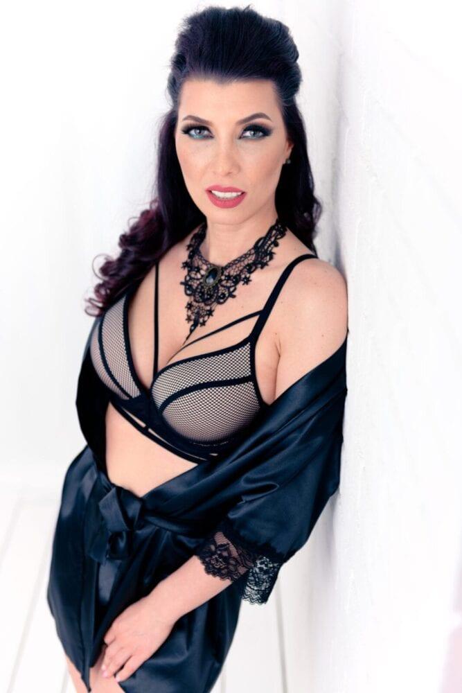 fotografie boudoir cu o femeie bruneta pe fundal alb